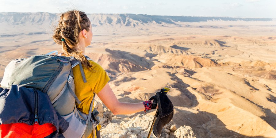 Backpacker tra montagna e deserto